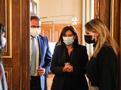 Anne Hidalgo y el alcalde de Mérida, Antonio Rodríguez Osuna, durante una visita de este a París, el pasado día 18.