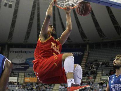 El brasileño de UCAM Murcia  machaca la canasta ante los jugadores del Gipuzkoa Basket, Jason Robinson, a la izquierda, y Doblas.
