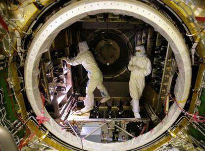 Técnicos de la ESA trabajan en la nave <i>Julio Verne.</i>