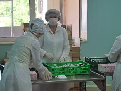 Empleados de un hospital empaquetan fármacos en un hospital de Moldavia.