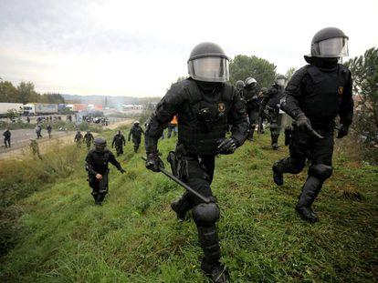 La policía durante el desalojo de la AP-7 en Salt (Girona).