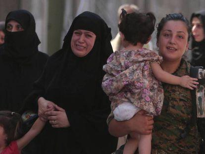 Una miliciana kurda rescata a civiles capturados por el ISIS en Manbij