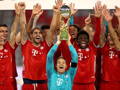 Los jugadores del Bayern levantan la Supercopa de Alemania, recientemente ganada al Dortmund. / (EFE)