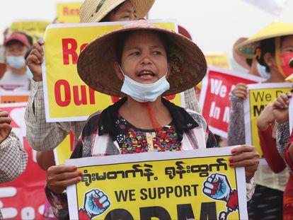 Un grupo de manifestantes muestra carteles contra la junta militar este viernes en Mandalay.