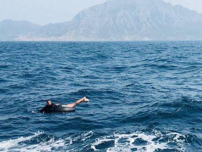 Un inmigrante intenta cruzar el Estrecho el pasado martes.