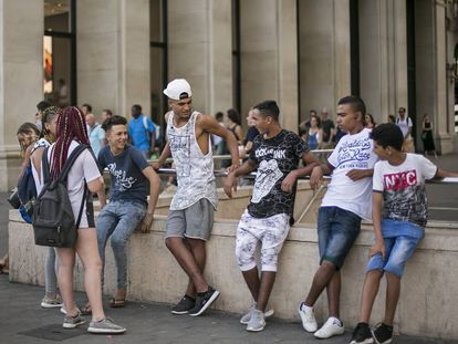 Un grupo de 'swaggers' a las puertas del Apple Store de la plaza de Cataluña, en Barcelona