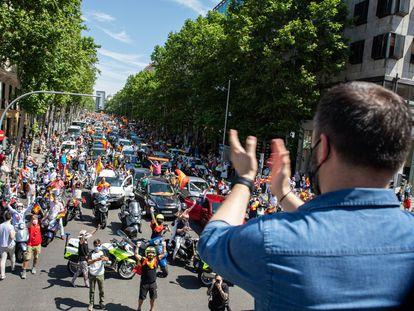 Santiago Abascal saluda a los asistentes a la manifestación del pasado 23 de mayo en Madrid.