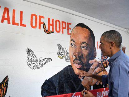 Obama pinta un mural de King este martes en Washington.