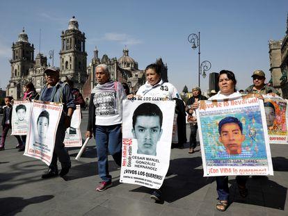 Familiares de los 43 estudiantes de Ayotzinapa desaparecidos se manifiestan en Ciudad de México en enero.