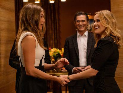 Jennifer Aniston (izquierda), Billy Crudup y Reese Witherspoon, en la segunda temporada de 'The Morning Show'.
