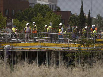 Trabajadores de la construcción de un edificio de viviendas en Sevilla.