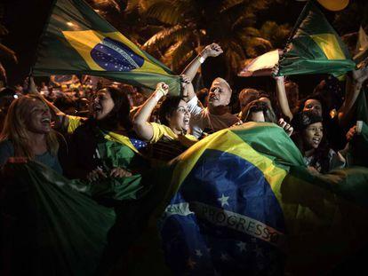 Seguidores de Bolsonaro celebran su victoria la semana pasada ante la residencia del ultraderechista en Rio de Janeiro