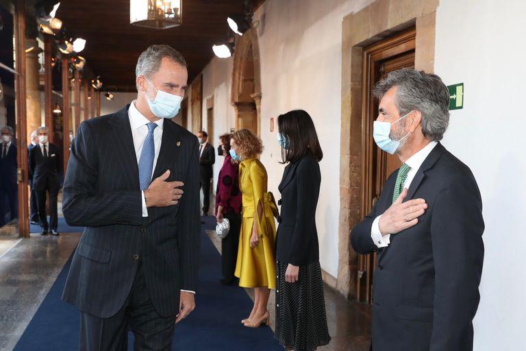El rey Felipe VI saluda al presidente del Consejo General del Poder Judicial, Carlos Lesmes, durante la ceremonia de entrega de los Premios Princesa de Asturias, este viernes.