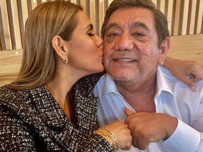 Imagen compartida por Félix Salgado junto a su hija Evelyn en Facebook.