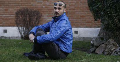 Daniel Jiménez junto al edificio en que vive en Madrid.