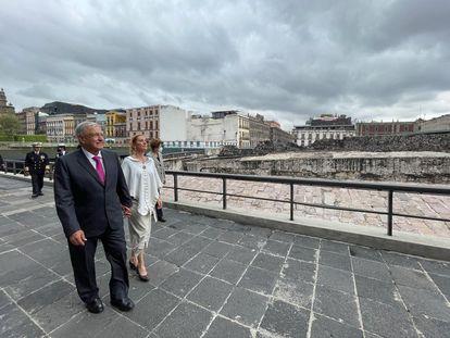 El presidente Andrés Manuel López Obrador, y su esposa durante la ceremonia  de conmemoración de los 700 años de la fundación de México-Tenochtitlan en el Museo del Templo Mayor el 13 de mayo.