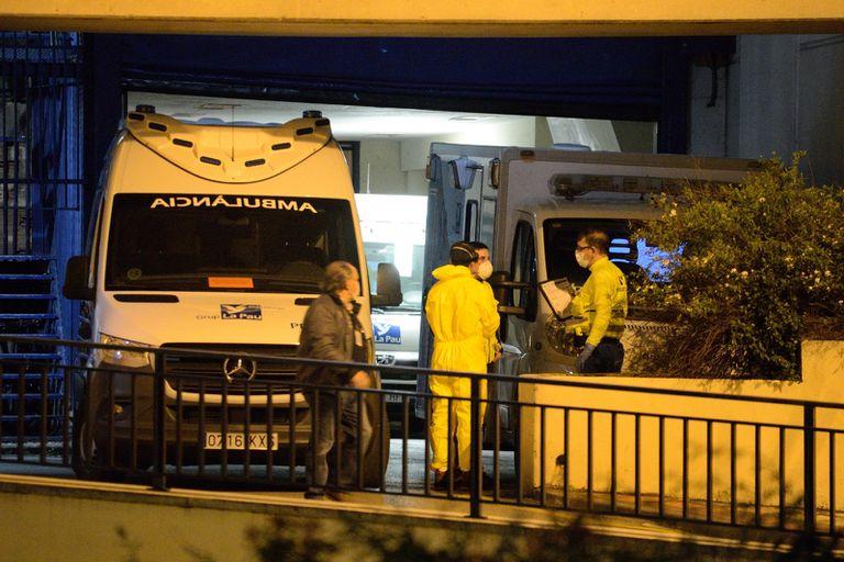 El equipo de urgencias de Txagorritxu atiende a varias ambulancias.