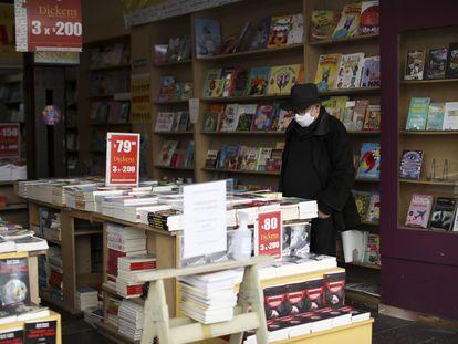 Un hombre mira los libros expuestos en una librería de Buenos Aires, uno de los negocios autorizados para reabrir esta semana en la ciudad.