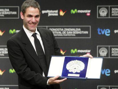 El director Fernando Eimbcke muestra la Concha de Plata al mejor director, tras la gala de clausura de la 61 edición del Festival Internacional de Cine de San Sebastián.