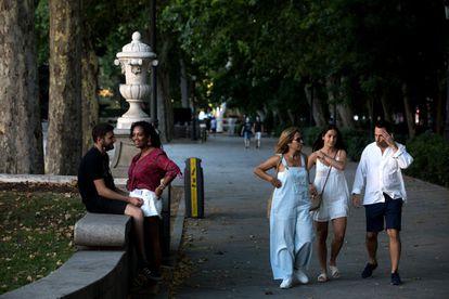 El paseo del Prado y el parque del Retiro ya aspiraron a ser Patrimonio Mundial de la Unesco en 1992, pero la candidatura no llegó a la fase final del proceso. En la imagen, viandantes por el paseo del Prado.