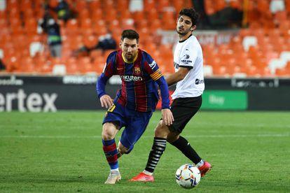 Messi ante Guedes, en la visita del Barcelona a Mestalla.