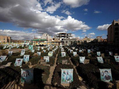 Imagen de retratos sobre las tumbas de personas muertas presuntamente en la guerra de Yemen en un cementerio de Saná.