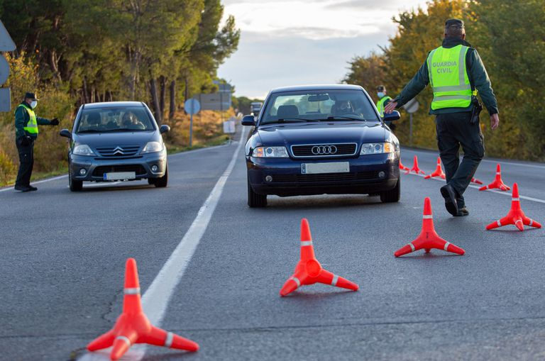 Control de la Guardia Civil en el límite entre Navarra y La Rioja, este viernes.