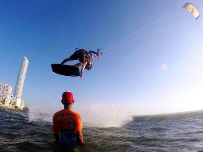 Armando Sierra, cofundador de Amigos del Mar, enseña un truco de kitesurf a Haider José Córdoba.