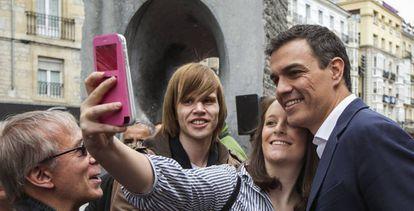 Sánchez se hace un selfie con una joven en Vitoria el pasado lunes.