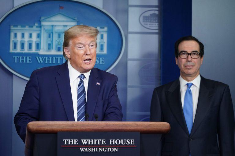 Donald Trump y Steven Mnuchin, secretario del Tesoro de EE UU, en la rueda de prensa de este martes.