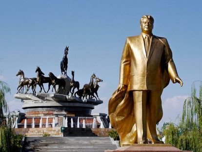 Estatua de oro de Niyázov, quien ejerció el poder absoluto en Turkmenistán.