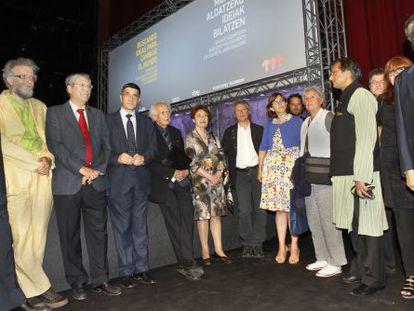 El lehendakari Patxi López, ayer, con los ponentes del encuentro Ideas para cambiar el mundo.