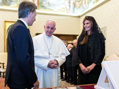 El Papa junto al presidente argentino, Mauricio Macri, y su mujer, Juliana Awada, el 27 de febrero en el Vaticano.