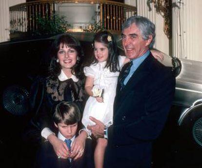 Foto de familia de los DeLorean. Abajo su hijo varón, con cara de haber visitado el futuro (con el ínclito coche cuántico)  