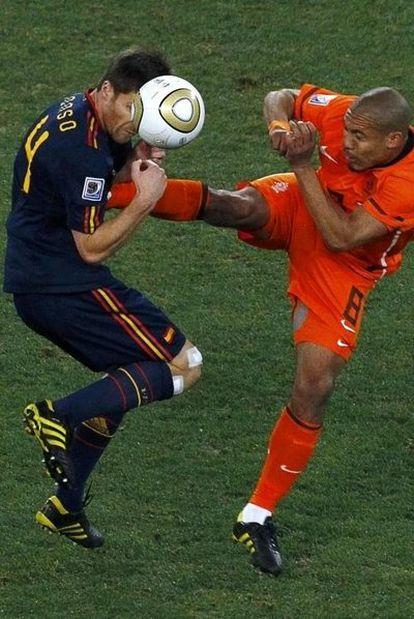 Xabi Alonso recibe la patada de De Jong en la final del Mundial.