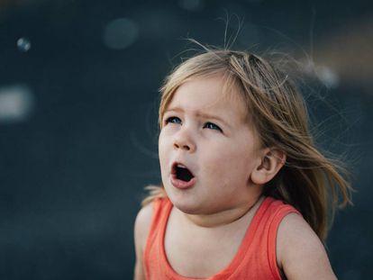 Una niña observa con miedo.