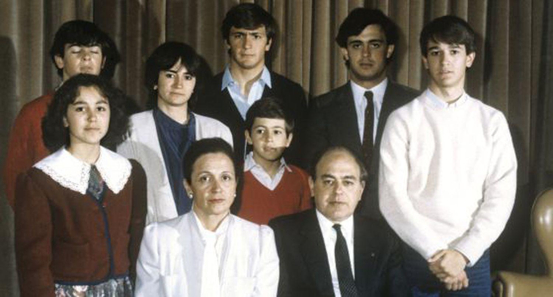 Marta Ferrusola y Jordi Pujol, junto a sus siete hijos (de izquierda a derecha: Mireia, Oriol, Marta, Josep, Oleguer, Jordi y Pere).