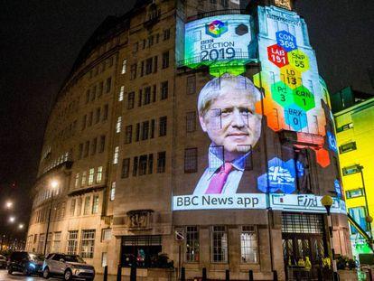 Una proyección sobre la fachada de la BBC anuncia la victoria de Boris Johnson el pasado 12 de diciembre.