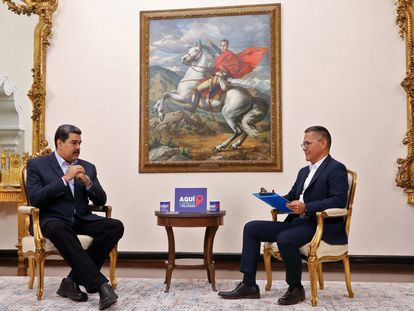 Maduro conversa con Ernesto Villegas en el Palacio de Miraflores en la entrevista transmitida este domingo.