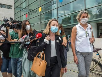 La esposa del expresidente de la Generalitat Valenciana y exministro con el PP Eduardo Zaplana, con bolso marrón, este martes, tras su comparecencia ante la jueza encargada del 'caso Erial'.