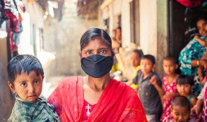 Kohinur Begum, enferma de tuberculosis, con su hijo frente a su casa en un suburbio de Chittagong (Bangladesh).