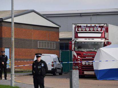 El camión en el que se encontraron 39 cadáveres este miércoles, custodiado por la policía británica. En vídeo, imágenes del suceso.