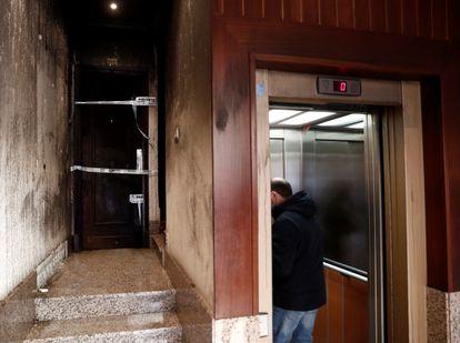 Vista del acceso a la vivienda tras el incendio, que se ha saldado una herida grave y otras cinco personas afectadas leves por inhalación de humos.