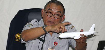 El jefe del Comité Nacional para la Seguridad en el Transporte de Indonesia, Tatang Kurniadi, durante la rueda de prensa.