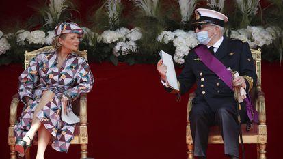 La princesa Delphine, charlando con el príncipe Lorenzo durante el desfile.