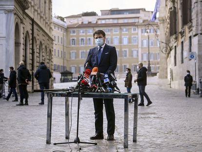 Giuseppe Conte, durante su comparecencia en plena calle en Roma, este jueves.