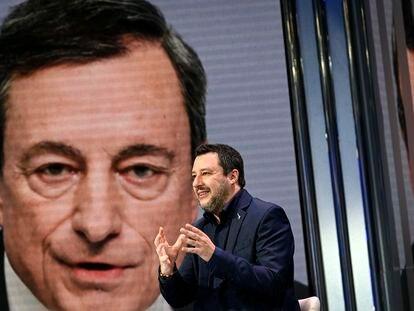El secretario del partido de la Liga italiana, Matteo Salvini. Tiene como telón de fondo una imagen del expresidente del BCE, Mario Draghi, en Roma, Italia, el 11 de febrero de 2021.