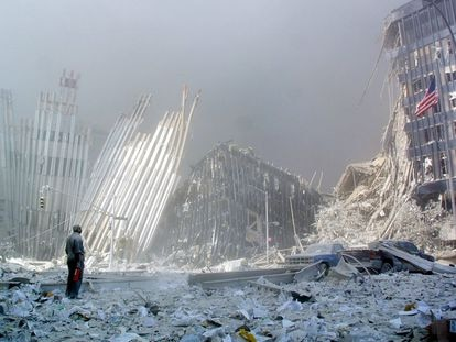 Un hombre, entre los escombros, tras el colapso de la primera torre del World Trade Center, el 11 de septiembre de 2001.