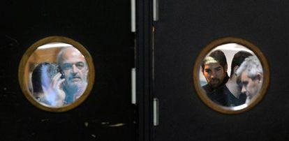 Nikola Karabatic (a la derecha) se dispone a abandonar un pabellón deportivo junto a los policías que le arrestaron.