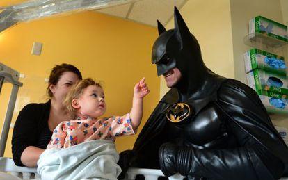 """Leonard Robinson """"Batman"""" en una de sus últimas visitas a un hospital"""